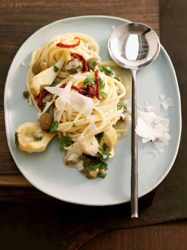 Spaghetti met artisjokken, olijven en gedroogde tomaten