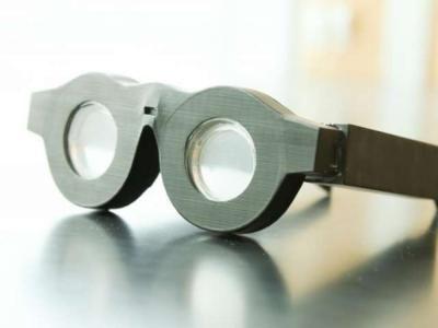 Adiós a tener un abanico de gafas o lentillas en casa. Gafas de lectura, gafas para conducir... ¿Unas gafas para todo y para todos? Es posible. Un equipo de científicos dirigidos por el profesor de ingeniería eléctrica e informática de la Universidad de Utah (EE. UU.) Carlos Mastrangelo, y el estudiante de doctorado Nazmul Hasan, ha diseñado unas gafas inteligentes con lentes basadas en líquidos que pueden ajustar automáticamente el enfoque de lo que una persona esté viendo, sea lejos o…