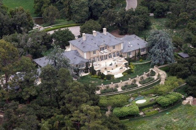 Here's Where The Richest Celebrities Live. - http://www.lifebuzz.com/celebrity-mansions/