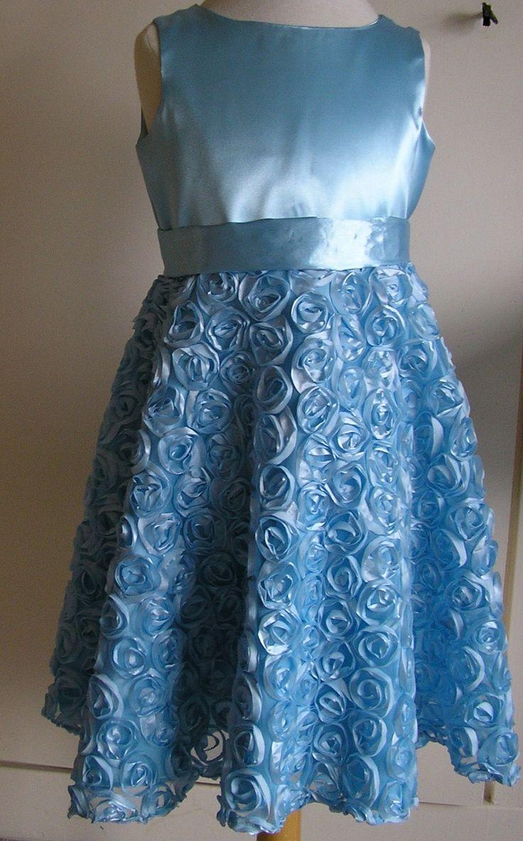 lichtblauwe satijnen jurk met rok van rozentule   verkocht!