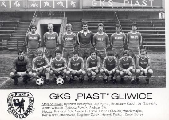 Piast Gliwice in 1981. Loving the typography on the shirts (guy in the top left also looks a bit like Pablo Escobar)