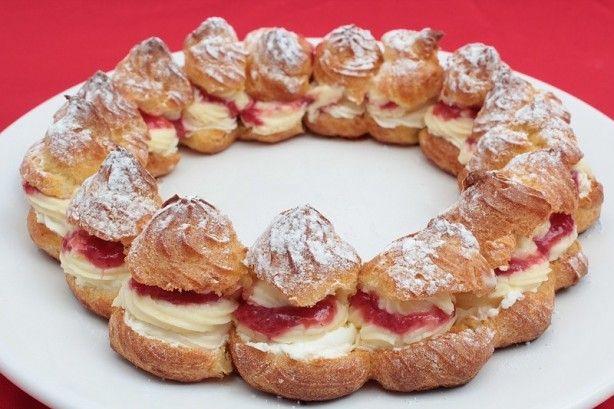 Eens wat anders dan een taart, een soezenkrans! De krans is gevuld met Zwitserse room, aardbeien-frambozen jam en slagroom.