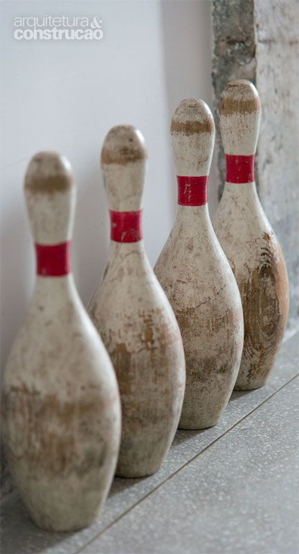 Pacto entre irmãos: apartamento de 62 m² reformado - Pinos de boliche comprados online (Etsy.com) se alinham à junta de dilatação do granilite, feita de latão.