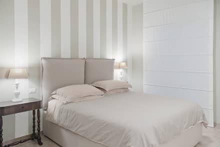CASA COUNTRY A BENEVENTO: Camera da letto in stile in stile Eclettico di Studio Guerra Sas