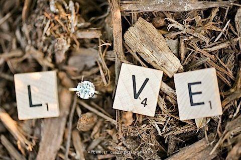 Foto con tu anillo de compromiso y letras de scrabble
