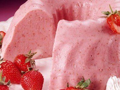 Prepara esta rica gelatina de fresa y guayaba. Tiene un rico e intenso sabor a fresa y guayaba, perfecta para servir después de la comida.