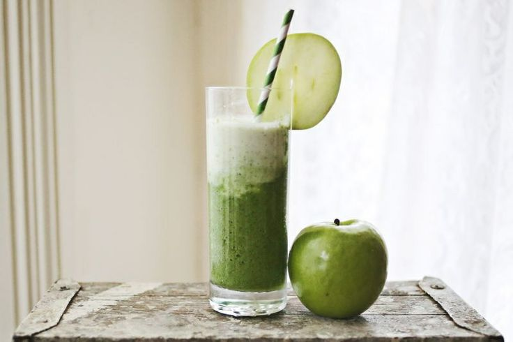 Spinach and green apple smoothie,perfect to kickstart a healthy spring.