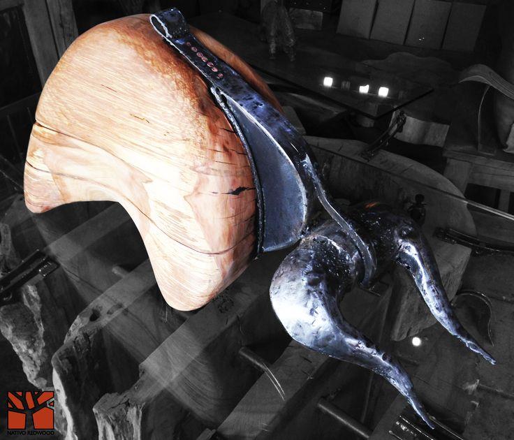 Nativo Redwood. Escultura de toro de madera nativa de roble rústico de una pieza con columna y cachos de fierro forjado reciclado. Diseño de JPBisbal   www.facebook.com/nativoredwoodsa