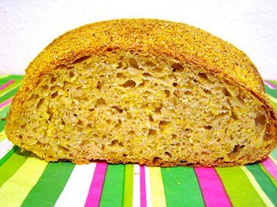 Maisbrood wordt in Nederland niet veel gebakken. In tegenstelling tot Spanje en Portugal. Maisbrood vind ik erg lekker wanneer deze nog wat warm is met enkel een stuk kaas en wat olijven. Het maismeel vermeng ik met tarwemeel, dat maak het brood een stuk luchtiger. Eventueel kun je aan het maisbrood hele of stukjes mais toevoegen voor een lekkere bite.