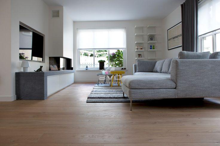 Frans eikenhouten vloer | planken | onbehandelde uitstraling | zithoek met gashaard | lichte woonkamer | opgeleverd door BVO Vloeren