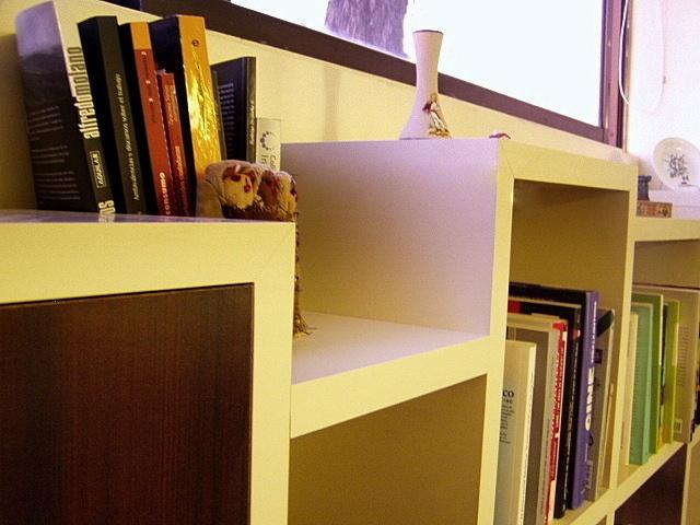 Mueble en melamina engrosada.  Puertas melamina y tiradores metálicos  Luces LED empotradas en mueble superior.