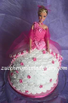 Adorata da generazioni di bambine, la Barbie è anche un genere consolidato nel cake design: Non perdere la torta guardarba di Barbie: troppo fashion! Guarda tutte le torte di compleanno per bambine: principesse, Violetta, ballerine, Winx, My Little Pony e tanti altri personaggi!