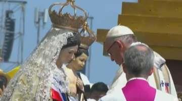 El Papa Francisco corona a la Virgen del Carmen de la Tirana 18/01/2018 - 11:40 am .- Tras pronunciar la homilía en la Misa celebrada en el Campus Lobito en Iquique, el Papa Francisco coronó la imagen de la Virgen del Carmen de la Tirana como Reina y Madre de Chile.