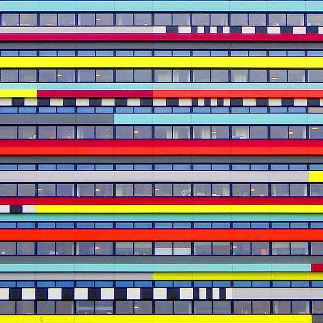 Grafik tasarımcı Ramin Nasibovsimetriyi ve rengi temelalarak minimalist yapıfotoğrafları çekiyor. Günlük hayatta her yeri yapıların gri parodisinin sardığını, kendisinin aksi örnekleri seçerek f...