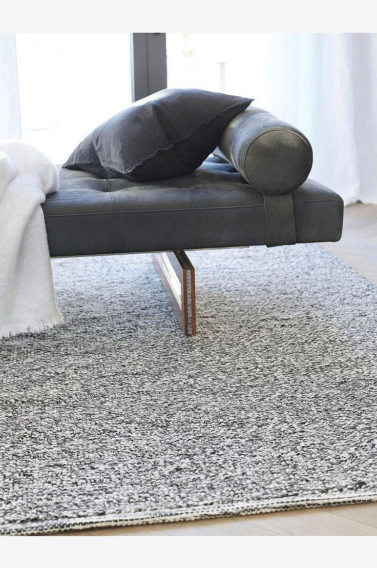 Himlas populære teppe i ull og bomull finnes i natur- og basisfarger. Ullteppet fungerer bra alle rom og ligger tungt på gulvet. 70% ull 30% bomull. Renses.