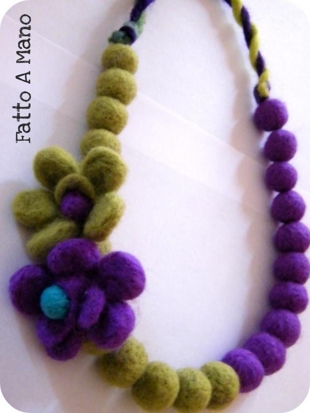 Collana con perle in feltro e applicazioni di roselline nei toni del viola/verde
