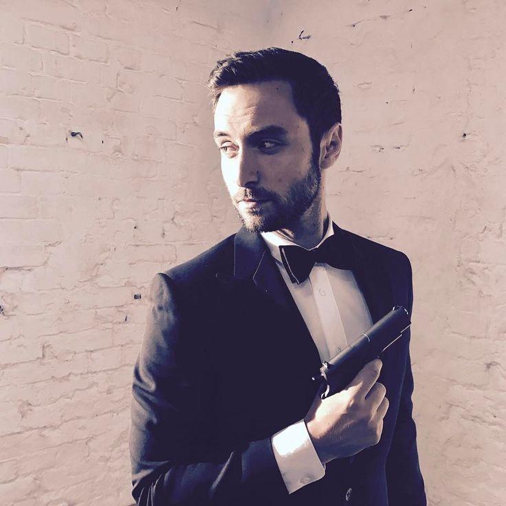 "Måns Zelmerlöw (@manszelmerlow) auf Instagram: ""All day on set today. Time for Mr. Craig to step down soon?  #007 #themanwiththefakegun"""