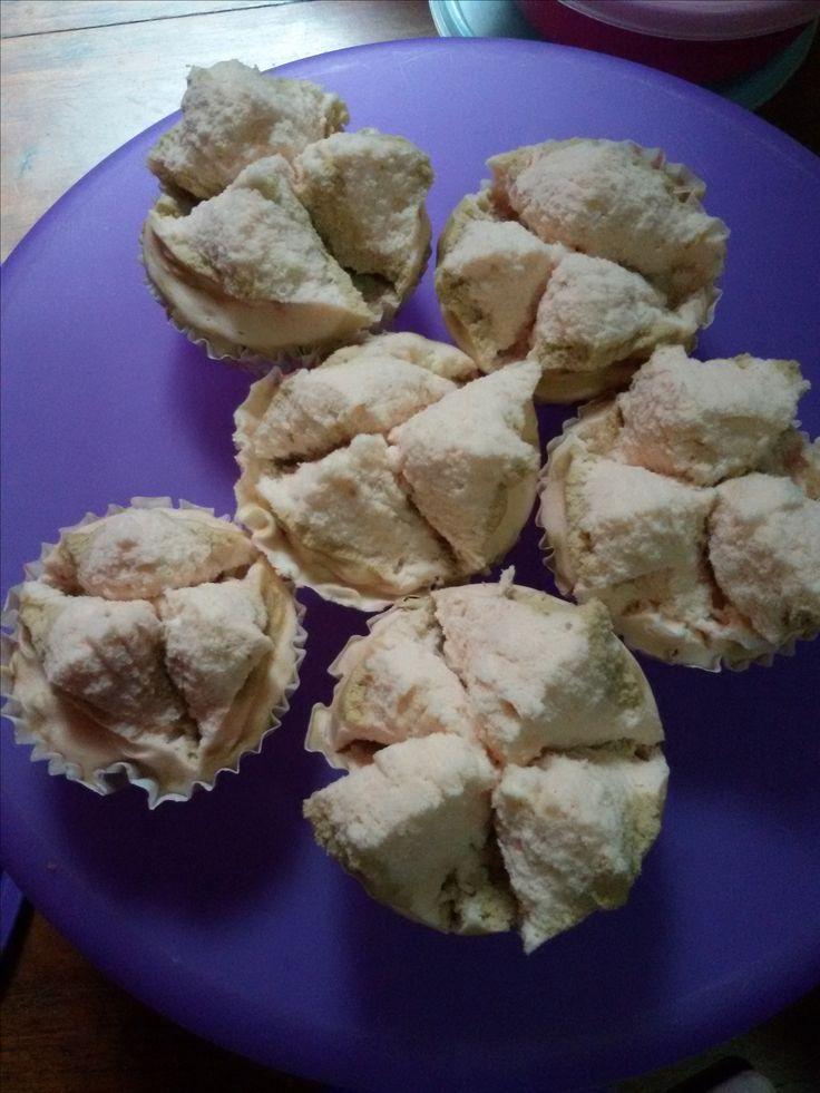 Bolu Kukus Mekar Bahan-bahan/bumbu-bumbu : 2 butir telur 200 gr gula pasir 2 sendok teh emulsifier (sp/tbm) 275 gr tepung terigu protein sedang 1/2 sdt baking powder 225 ml minuman bersoda tawar (misal f&n) 1/2 sdt esens vanili 2 tetes pewarna merah muda 2 tetes pewarna hijau muda Cara membuat :