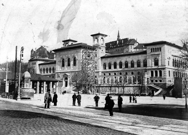 Le Palais de Rumine en 1906, avec son sphinx en construction.