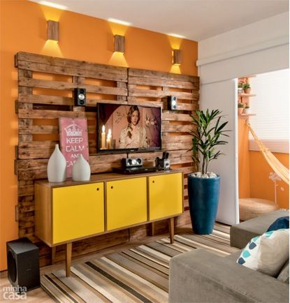 Palette Diy TV stand, no cords showing!  No ugly stand in front of palettes though