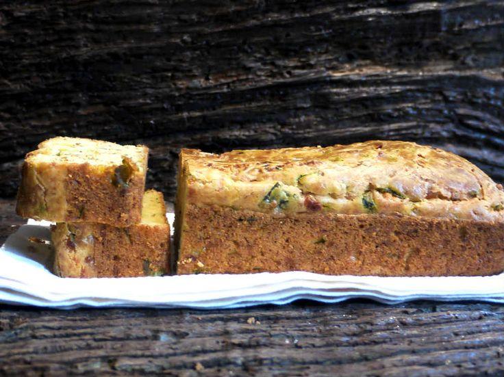 Cake de calabacín y parmesano - Y hoy pastel salado, delicioso y muy esponjoso a pesar de que su aspecto sea el de un cake húmedo, no lo es en absoluto. Tan esponjoso como un bizcocho dulce, resulta ideal para cenas informales o como merienda para los niños.