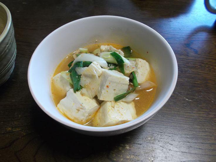 【nanapi】 美味しいキムチ鍋の作り方をご紹介します。 材料を切ります。豆腐は2cmの角切り、豚肉とキムチは1cm幅の細切り、ねぎは3mm厚のそぎ切り、にらは4cmの長さに切ってください。 鍋にサラダ油を入れて弱火にかけ、キムチと味噌を2分炒めます。 水と豚肉を加え、蓋をして中...