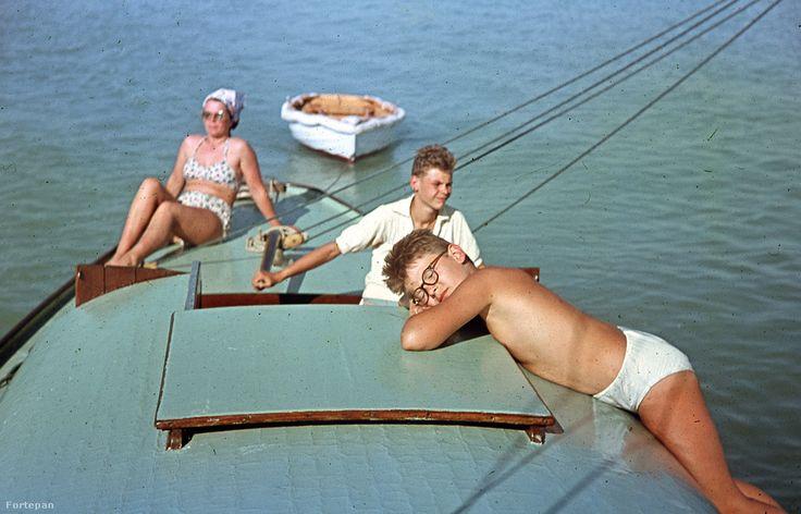 1952-ben (amikor ez a fotó is készült) viszont még egyáltalán nem volt jellemző a tömegturizmus a Balatonon. A vízparti falvak szolid, rendezett nyaralóövezete a régi középosztály életstílusát idézte, és az itteniek még az évtized végén is csak nagyon nehezen tudtak megbirkózni a gombamód szaporodó vállalati üdülőkkel, és az azokat nyaranta sáskarajként megszálló munkáscsaládokkal.