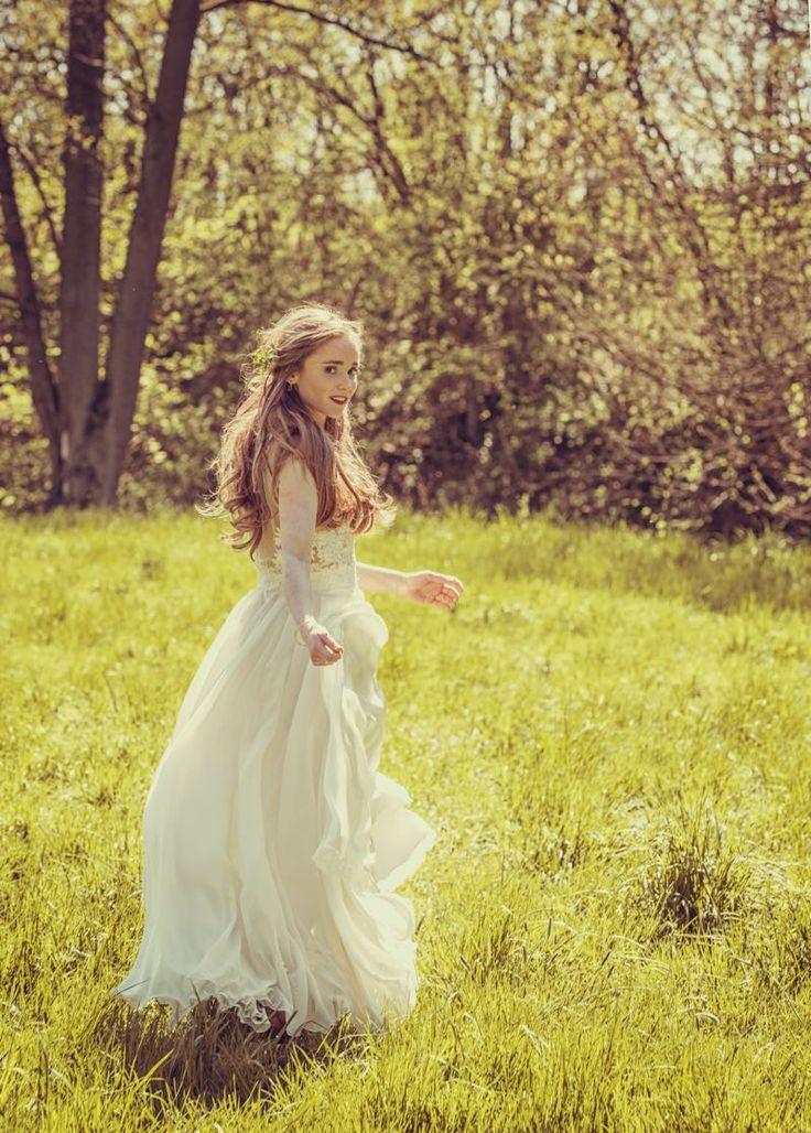 Vintage Braut mit offenem Haar in einem duftigen Brautkleid aus Tüll und Spitze von Anne Wolf. Foto by Claudia Gerhardt