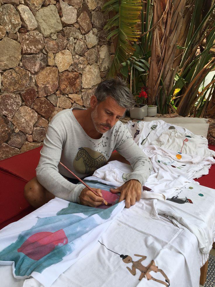 Toda obra de arte esconde un artista 👨🎨 Álvaro Prieto (@touralvin) es el espíritu #wanderlust creador de los increíbles diseños de #LeFugu #elartequellevaspuesto #tshirt #sweatshirt #clothes #fashion #style #handmade #art #fuger #camiseta #sudadera #colors
