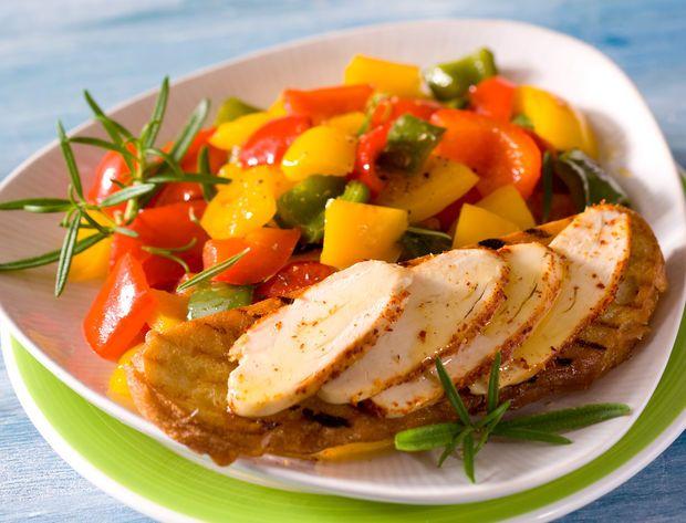 Poivronade et filets de poulet Vous pouvez frotter une tomate sur votre pain grillé afin de le rendre plus moelleux. Voir la recette de la Poivronade et filets de poulet