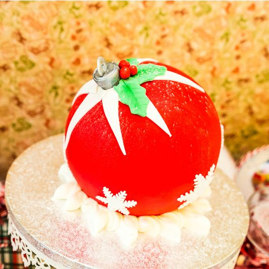 Χριστουγεννιάτικη μπάλα με γεύση red velvet και στρώσεις από cream cheese frosting!