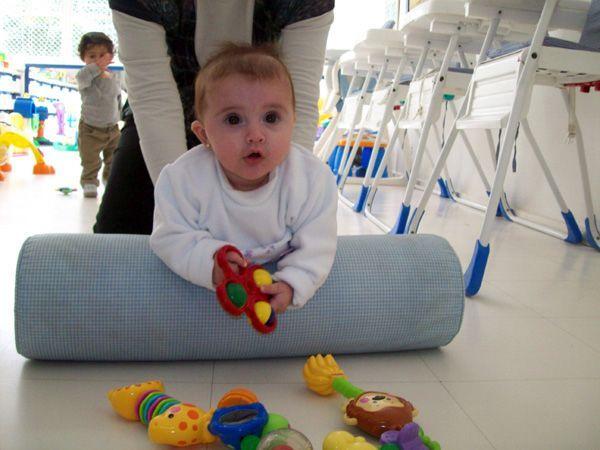 O rolo possibilita a tonificação da musculatura dos braços e da musculatura dorsal do bebê, a fim de prepará-lo para o sentar.