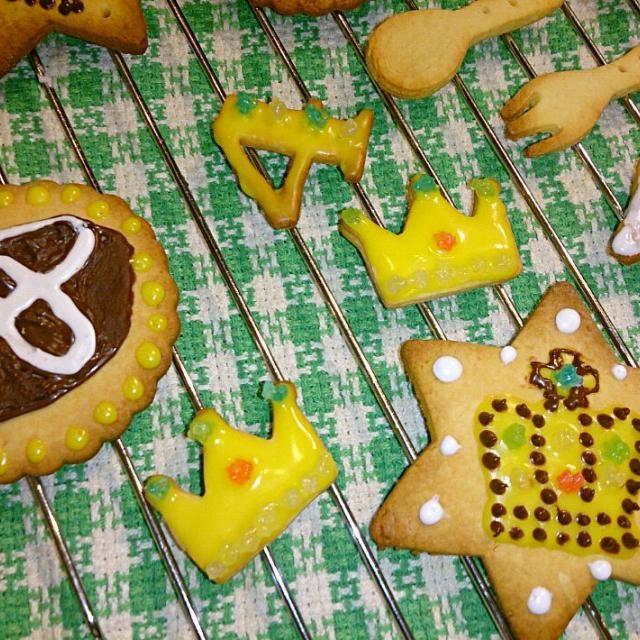 トヨタのエンブレムと、クラウンのエンブレム。  イチゴのタルトに乗せて飾ります。  4歳のちびっこはイチゴが大好きらしく、2パックたっぷりのせました☆  たっぷりのイチゴの上に飾って、今頃happy birthdayの歌を歌っているのかな(´ω`)♪ - 4件のもぐもぐ - アイシングクッキー☆ by 銀乃風