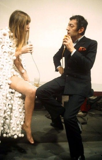 Jane and Serge singing the duet 'Je t'aime... moi non plus'. The song, originally recorded by Serge and his previous lover, Brigitte Bardot, was re-recorded and released by himself and Birkin in 1969