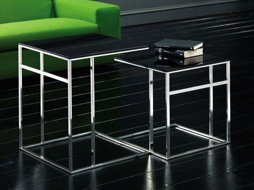 Mueble auxiliar compuesto por dos mesitas en negro y pie en aluminio. Perfectas para decorar tu rincón favorito de tu salón.