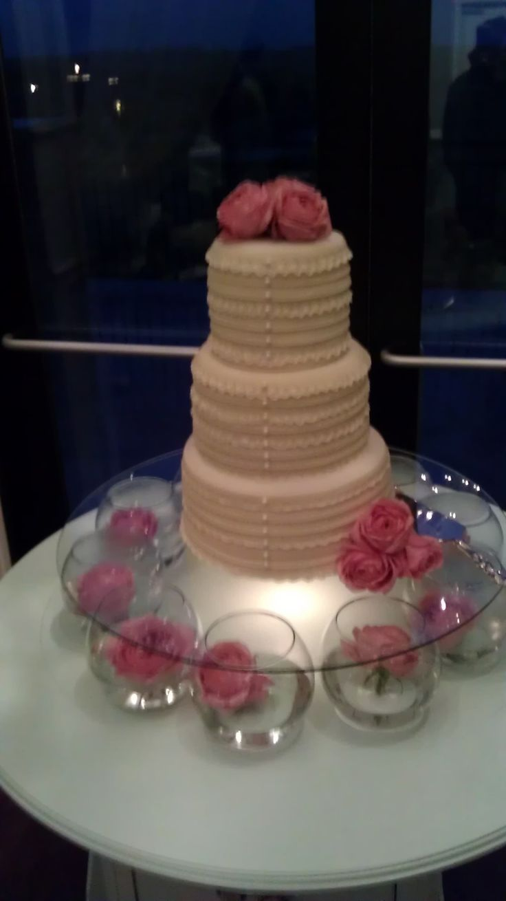met kerst-decoratie ook erg mooi // Love this idea for a cake stand!