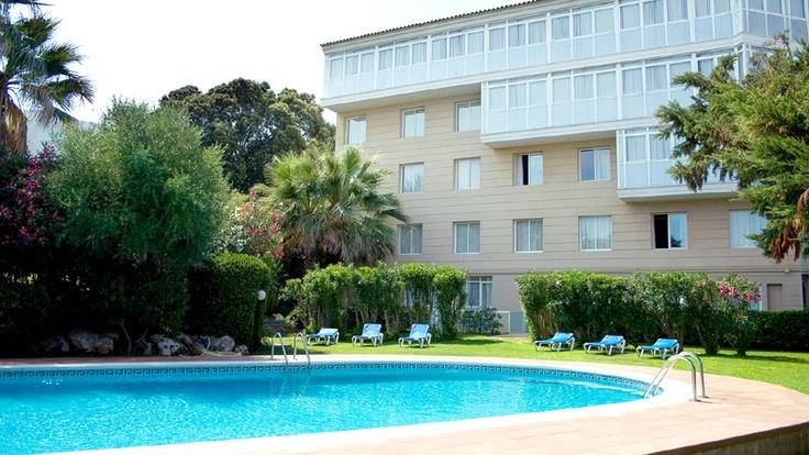 El hotel cuenta con un gimnasio con jacuzzi para relajarse, una piscina con jardín y un restaurante con excelentes vistas del puerto http://www.hoteles-catalonia.com/es/nuestros_hoteles/europa/espanya/baleares/menorca/hotel_catalonia_mirador_port/index.jsp