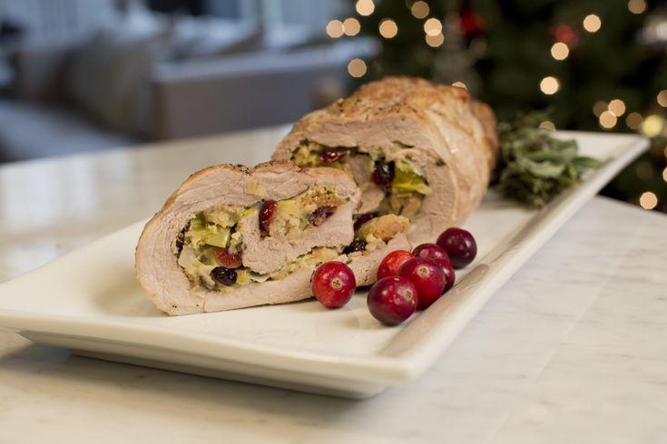 Si quieres lucirte durante esta navidad, esta receta de Lomo de Cerdo Relleno de Manzanas y Arándanos, sin duda será un éxito para resaltar en tu cena navideña. El relleno del cerdo lleva una mezcla de manzanas, arándanos, cebolla, poro, y crutones. Sabe al clásico stuffing del pavo pero con toques dulces de la manzana que combinan perfecto con el sabor del lomo.