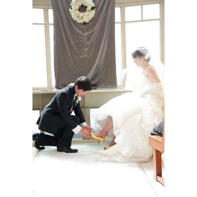 instagram『#結婚式演出』の面白アイデア2*♡  誓いのキス、ではなく、誓いの靴を履かせてもらう演出*ディズニープリンセスのシンデレラのようなおとぎの国の結婚式になってきゅんとしますよね♡   誓いの靴を履かせてもらったって、おとぎ話のようにめでたしめでたしとはならないけれど、夫が倒れたら私が頑張りまっせの覚悟が出来たのが結婚でした。私は正直キャリアの目標とかなくって、大切な人を守り、家族で理想の暮らしをする為の仕事であり、パラレルキャリア。そんな事をふと思い出します。 . 結婚2周年記念日。 . シンデレラのように可憐な妻にはなれませんが、いつも夫は私を後ろから支えてくれたり、課題図書をたくさん買ってきて引き上げてくれたり。ぷーちゃん(夫)が笑ってくれると嬉しいから、今日からも毎日を楽しもうと思います♡  #誓いの靴 #shoesofplay #結婚記念日 #811 #アニバーサリー #結婚 #夫婦 #ぷーの誕生日前日が結婚記念日 #特にそれ以外の意味はありません #でもゆくゆく山の日になって祝日になるという噂 #結婚式 #結婚式演出