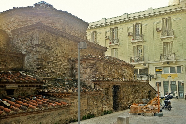 The back side of the Yahudi Hamam building in the heart of Thessaloniki, a bath built by the Ottomans somewhere between 15th and 16th centuries. (Walking Thessaloniki / Route 01, Port)