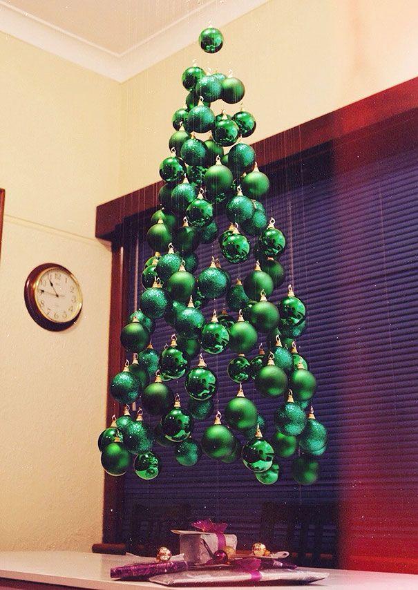 玉のオーナメントをぶら下げて作られたクリスマスツリー