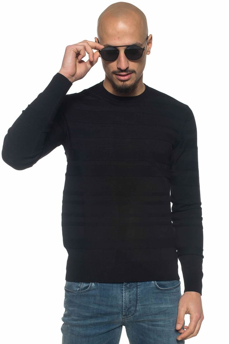 Armani Jeans  , Pullover girocollo , tessuto lavorato , colore: nero , composizione: 78% visone 22% poliammide , linea: ARMANI JEANS , il modello indossa la taglia: M  - Euro 145