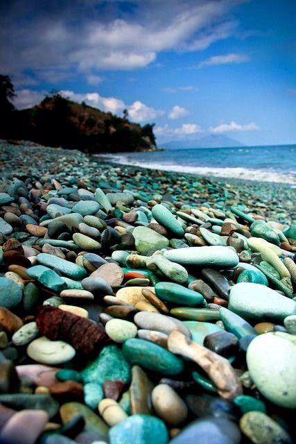 Piedras de color azul-verde, playa nangaroro-flores. Indonesia.