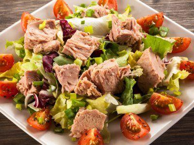 Ensalada de Atún con Papa y Jitomate Cherry | Esta ensalada está repleta de vitaminas del complejo B para que tu sistema inmune funcione a la perfección. Te recomendamos que te lleves el atún en un tupper, la verdura en otro recipiente, y a la hora de la comida, solo lo mezclas. ¡Rico!