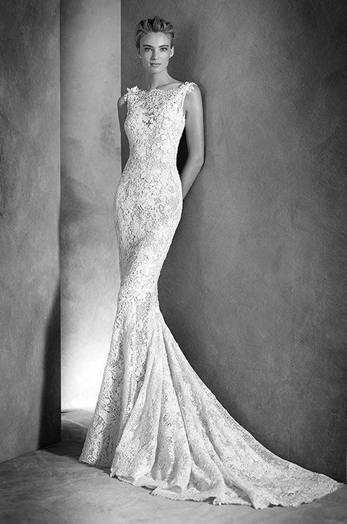 Lace mermaid wedding dress with guipure and gemstone embroidery. Atelier Pronovias, 2016