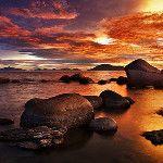 Rocas marinas con nubes naranja...