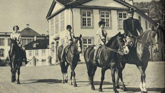 """Prinsesse Margrethe og prinsesse Benedikte er meget heste-interesserede.  Begge får deres største ønsker opfyldt, da de i julegave i 1950 får ridedragter bestående af grå jodhpurs, hvide bluser, jockeyhatte, strikkede handsker og slips med hestehoveder på.  Da kongefamilien flytter ind på Fredensborg Slot i sommeren 1951, bliver ridedragterne indviet, og som BILLED-BLADET skriver """"… er prinsesserne så ivrige efter at dyrke sporten, at de dårligt giver sig tid til at spise og drikke …"""""""