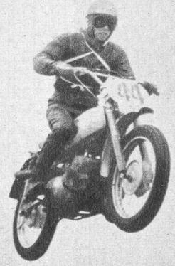 1962年 「第7回 全日本モトクロス」写真集(十国高原)  250cc:2位の鈴木誠一(城北ライダース スズキ)。