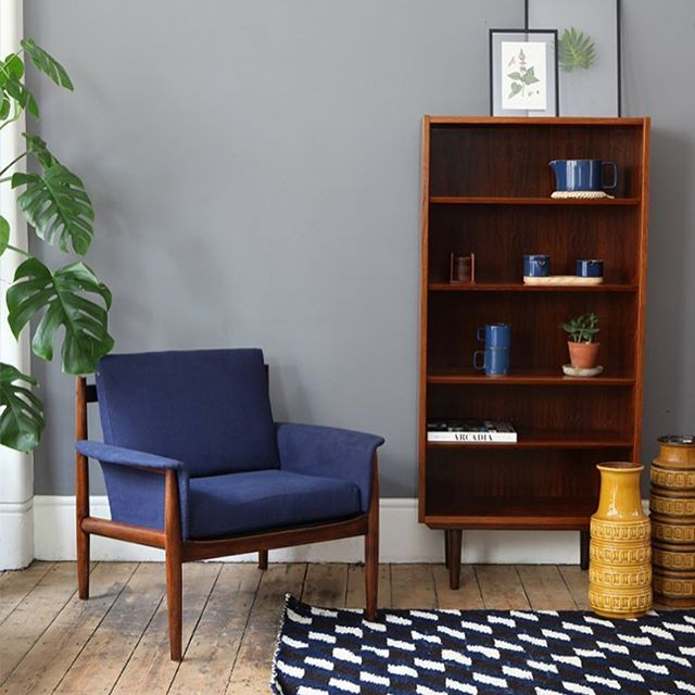 ➰we love the navy upholstery chosen by a customer for this Grete Jalk armchair➰and the rosewood bookcase is in store and online now 💙 #forestlondon #midcentury #gretejalk