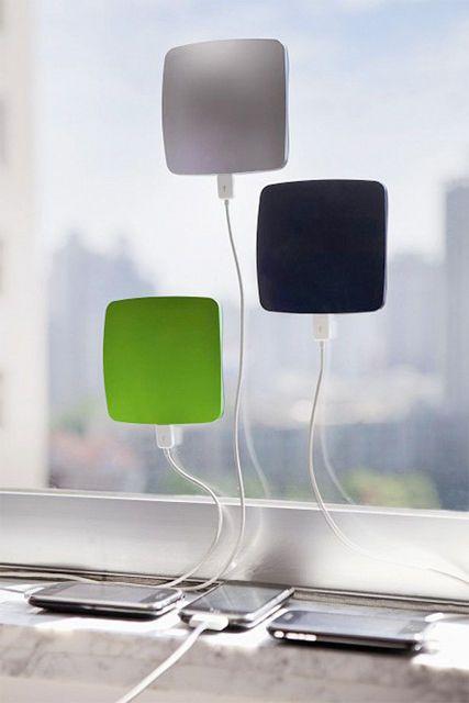 容量も安心の1,400mAh。ほぼiPhoneのフルチャージ分ある通常のバッテリーとして、なおかつ、まどにぴったり貼り付けてソーラー充電できるオランダのメーカーXDModo製「Solar Window Charger 」。